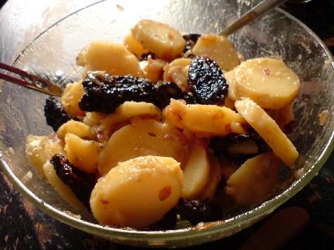 Kartoffelsalat mit getrockneten tomaten und oliven und roestzwiebeln und olivenoel