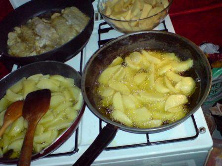 Pommes frites in der Herstellung (zweimal)