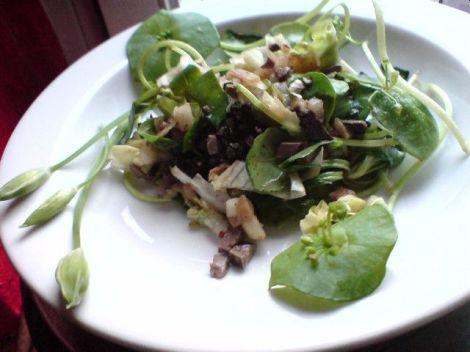 Salatkreation mit kaninchenleber mit birne und baerlauch
