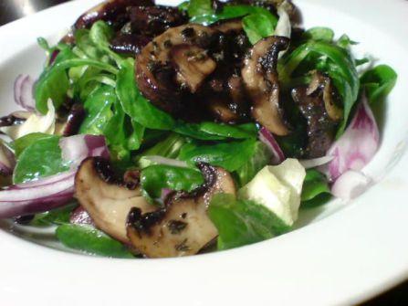 Salat mit Pilzen nah
