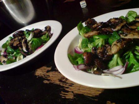 Salat mit Pilzen weit