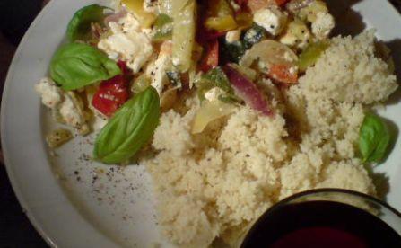 Schafskäse mit Paprika, Zwiebel, Basilikum