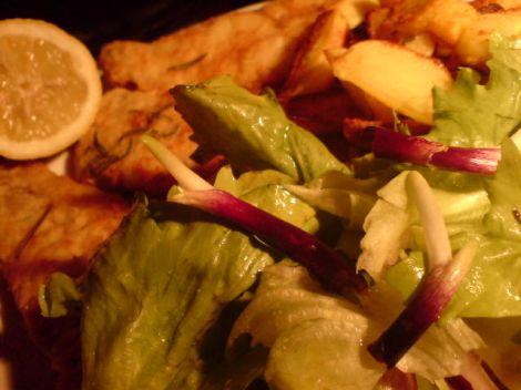 Seelachs Patates Salat mit roten Zwiebel-Spitzen