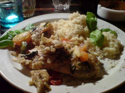 Schafskäse mit Paprike, Zwiebel, Basilikum