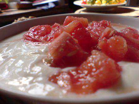 biojoghurt mit apfel und roter grapefruit
