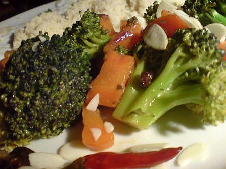 Broccoli und Möhrchen in Mangoso�e an Couscous