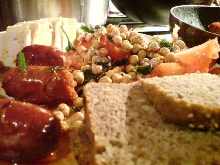 chorizo kichererbsenkeimlinge tomaten schafskaese und biovollkornbrot