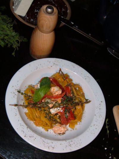 curry nudeln mit thymian-tomaten-feta