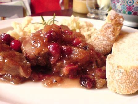 ente in apfel-cranberries-sauce mit reis und brot