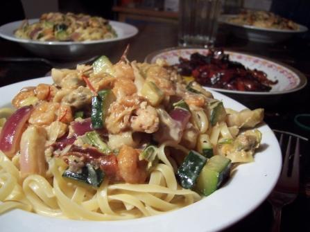 fischige mit zucchini versehene safran sahne sekt sauce an linguine
