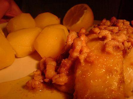 Fisch mit Krabben-Garnierung