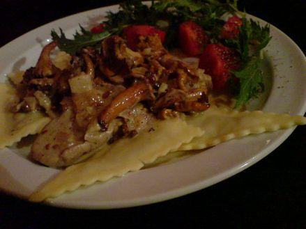 gefuellte Nudelecken an Sahne-Pfifferling-Wein-So�e mit roten Beeren und gepfefferter Salatbeilagendekoration