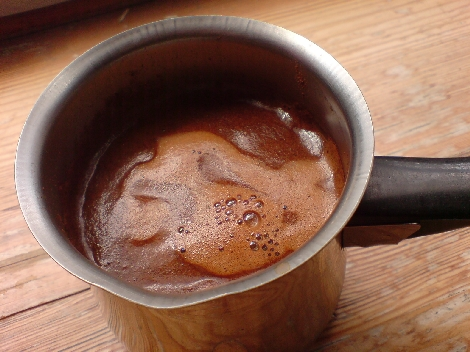 griechischer kaffee kurz vor dem ersten hochkochen