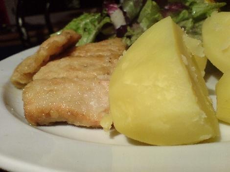 lachs gemehlt und pfannenversorgt mit halbierter salz-Laura-Kartoffel dazu salat bunt gemischt