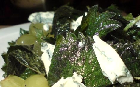 mal wieder ganz famos nussig schmeckende brennnessel trauben gorgonzola in olivenoel und balsamicoessig mit einem hauch frisch vermahlenem schwaren pfeffers