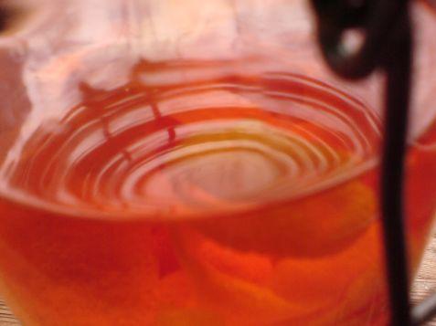 mandarinenschalen in alkohol hochprozentig und schon ganz schoen orange