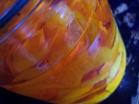 mandarinenschalen in alkohol und glas