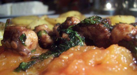 nahdran tintenfisch in balsamico blattpetersilie olivenoel auf sugo an pfefferkartoffelscheiben