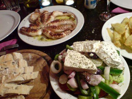 octopus mit patates und salat