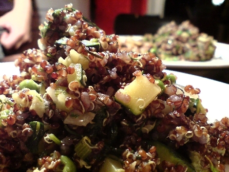 quinoa rot mit zucchini und erbse und dill