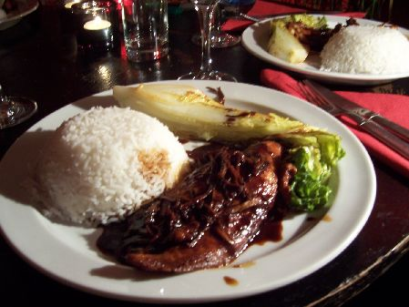 Pangasius-Filet in suess-scharfer Soja-Reiswein-So�e an Ingwerstreifen