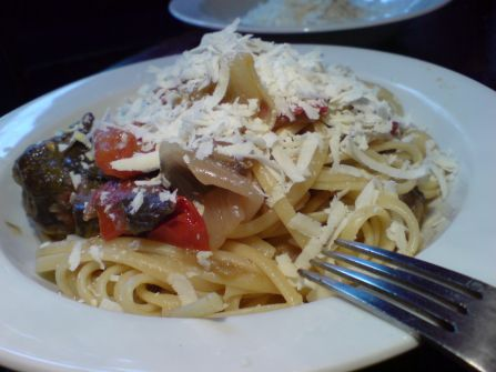 resteverwertung von auberginen und tomaten und zwiebeln mittels linguinigrundlage