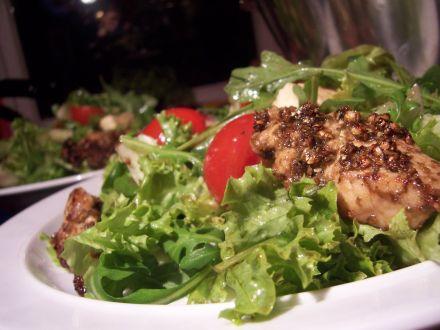 allerlei salatsorten mit gruenpfeffrig marinierten Putenstreifen