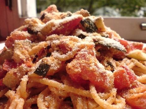 spagetti zucchini tomate eigelb und vorzueglicher kaeseraspelung