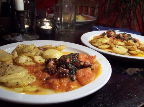 tintenfisch in balsamico blattpetersilie olivenoel auf sugo an pfefferkartoffelscheiben
