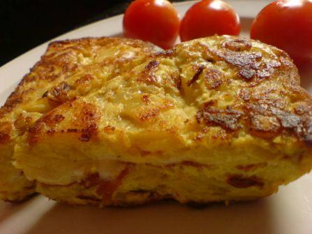 tortilla mit gar koestlichem schinken und klitzekleinen tomaten