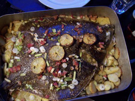 wildfenchel scholle auf kartoffelscheibenanhauefung mit dekorativer zitrone