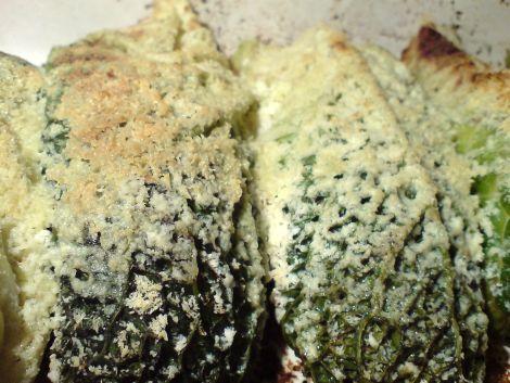 ziegenkaeseraspeln auf verheissungsvollen wirsingrollen mit delikater baerlauch-schafskäse-kartoffel-mischung als fuellung