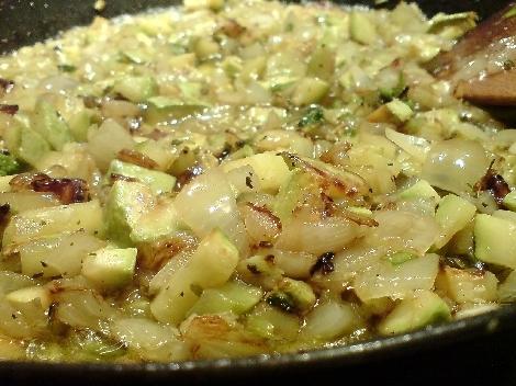 zucchini und zwiebeln sanft geduenstet